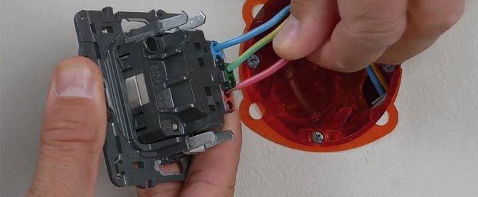 Zoom sur les raccordements électriques dans une boite d'encastrement